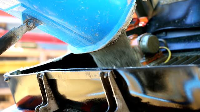 vídeos y material grabado en eventos de stock de mezclador de cemento descarga en el sitio de construcción de hormigón cu - cement mixer