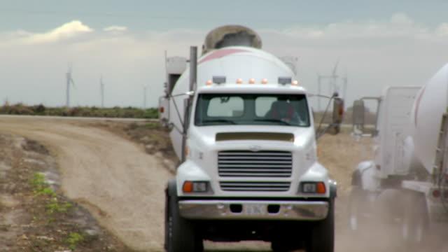 vídeos y material grabado en eventos de stock de ms cement mixers passing each other on dirt road at construction site/ kewanee, illinois - pasar por delante