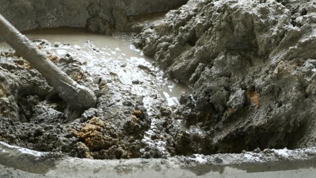 zement mischen im tray - zement stock-videos und b-roll-filmmaterial