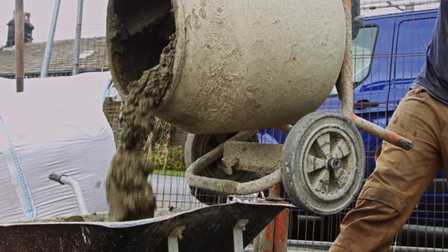 vídeos y material grabado en eventos de stock de verter de mezclador de cemento - cement mixer