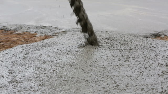 stockvideo's en b-roll-footage met cement pouring - cement
