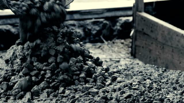 zement eingießen - beton stock-videos und b-roll-filmmaterial