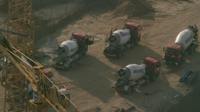 vidéos et rushes de cement trucks on a construction site - béton