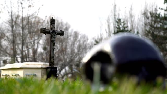 cimitero e teschio - messa a fuoco rack - bare tree video stock e b–roll