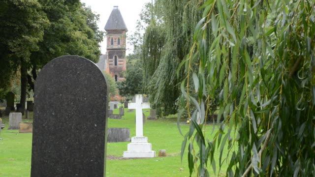 """friedhof head stones """"crematorium"""" - trauerweide stock-videos und b-roll-filmmaterial"""