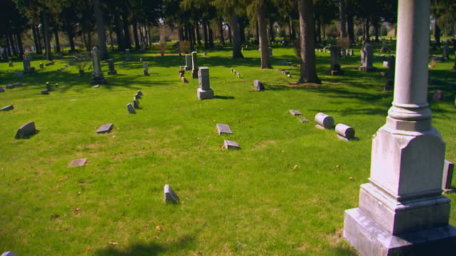 cemetery monuments and grave stones - 墓石点の映像素材/bロール