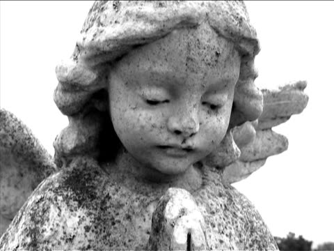friedhof - weibliche figur stock-videos und b-roll-filmmaterial