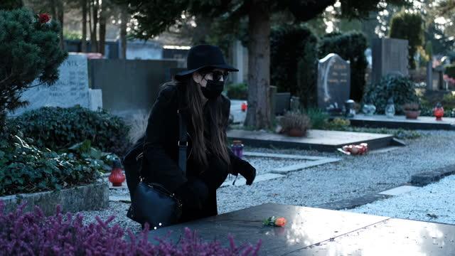 stockvideo's en b-roll-footage met begraafplaats - hoofddeksel