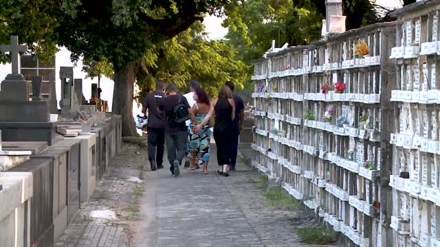 cemetery workerrs prepare the burial for jefferson silva de souza's father, father francisco leocadio de souza filho a victim of covid-19 at caju... - cemetery stock videos & royalty-free footage