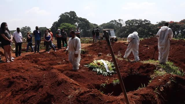 cemetery workers bury a victim of coronavirus as family members attend the funeral at vila formosa cemetery on march 12, 2021 in sao paulo, brazil.... - pandemic illness stock videos & royalty-free footage