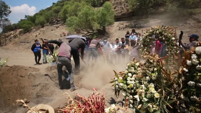 cemetery workers bury the coffin with the remains of a person presumed to be a victim of coronavirus at the xico cemetery on june 17, 2020 in valle... - mexico stock videos & royalty-free footage