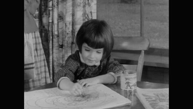vídeos y material grabado en eventos de stock de 1960 census taker women with mother and little girl - dibujar