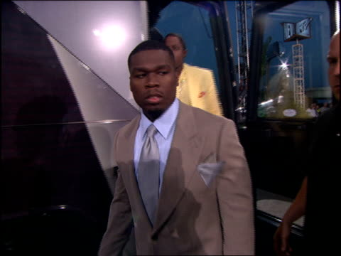 stockvideo's en b-roll-footage met 50 cent arriving at the 2005 mtv video music awards in a g unit bus - 50 cent rapper
