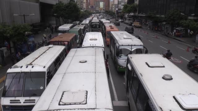 centenares de buses realizaron bloqueos el viernes en caracas en protesta por la escasez y los altos costos de repuestos coincidiendo con el inicio... - gasolina stock videos & royalty-free footage