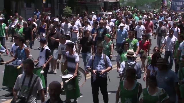 centenares de empleados publicos se manifestaron el jueves en buenos aires en contra de despidos en la administracion que los sindicatos calculan en... - sindicatos stock videos & royalty-free footage