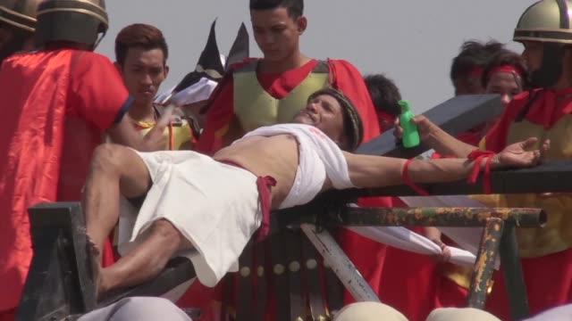 centenares de hombres con los pies desnudos se flagelaron y algunos incluso se crucificaron durante las espectaculares ceremonias del viernes santo... - hombres stock videos & royalty-free footage
