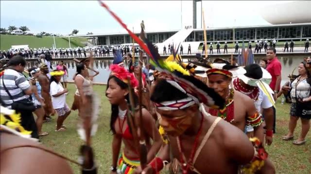 vídeos de stock e filmes b-roll de centenares de indigenas de todo brasil viajaron esta semana a la capital para exigir su derecho a la tierra y pedir a las autoridades que frenen un... - exigir