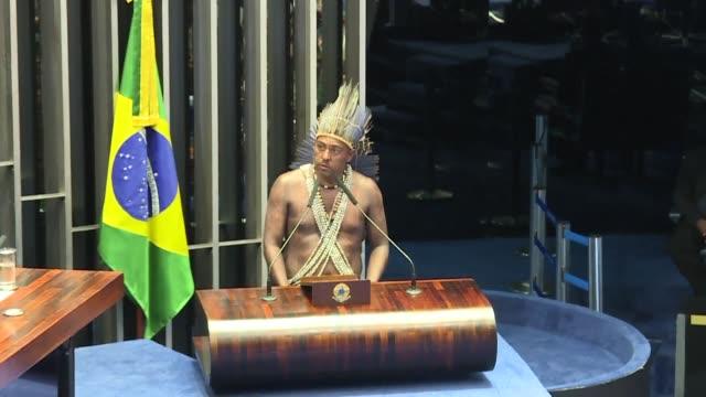 centenares de lideres indigenas que participan en las tradicionales marchas en brasilia tuvieron el jueves un tibio recibimiento en el congreso donde... - tibia stock videos & royalty-free footage