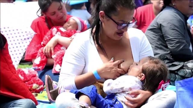 vídeos y material grabado en eventos de stock de centenares de madres se concentraron el viernes en un parque publico de bogota para amamantar a sus bebes en publico - amamantar
