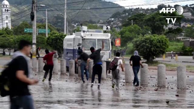 vídeos de stock e filmes b-roll de centenares de manifestantes protestaron en honduras para exigir una comision internacional de naciones unidas que investigue la corrupción en el... - exigir