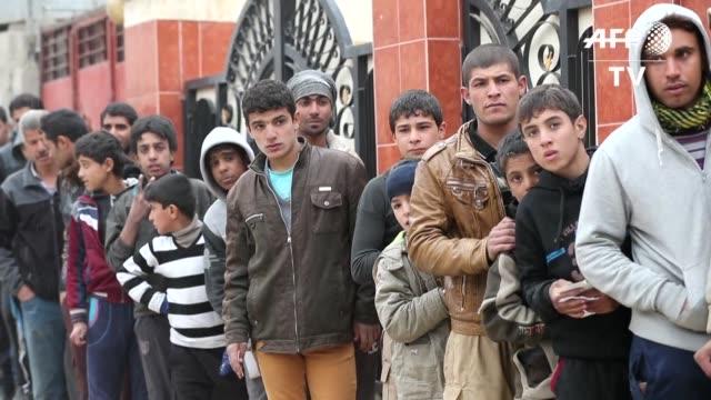 vídeos de stock, filmes e b-roll de centenares de miles de habitantes de mosul se ven privados de agua potable lo que hace temer a la onu una crisis humanitaria mayor en la segunda... - irak