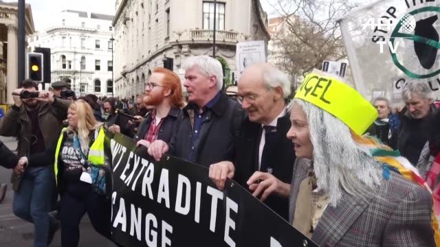 vídeos de stock, filmes e b-roll de centenares de personas desfilaron el sabado en el centro de londres para reclamar que no se extradite a estados unidos al fundador de wikileaks... - fundador
