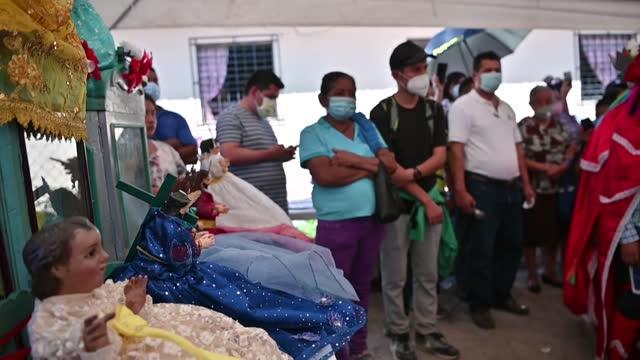 """vídeos y material grabado en eventos de stock de centenares de salvadoreños de varios poblados indígenas se unieron en peregrinación para llevar a dos pequeñas imágenes del """"niño jesús"""" hasta la... - llevar"""