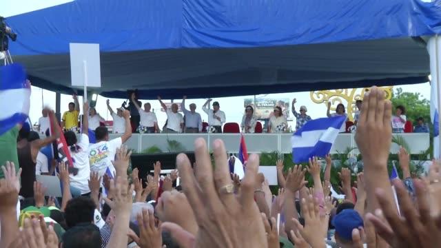 centenares de simpatizantes del presidente nicaraguense daniel ortega salieron a las calles el lunes en managua para manifestarle su apoyo ante la... - managua stock videos & royalty-free footage