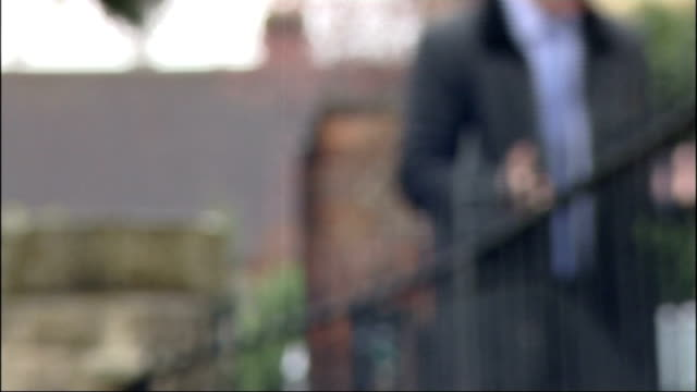 boy soldier valentine 'joe' strudwick; ext andy thompson along with reporter and interview sot belgium: ypres: boezinge: essex farm commonwealth war... - vj演出点の映像素材/bロール