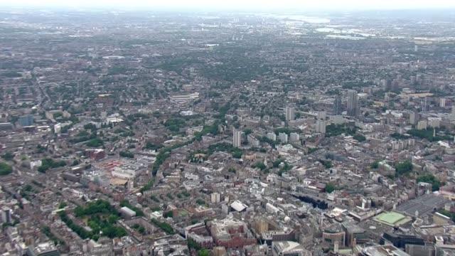 vídeos de stock e filmes b-roll de aerials england london air views / aerials central london / looking east towards stratford - centenário