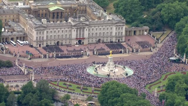 aerials england london air views / aerials crowds outside buckingham palace / victoria memorial / buckingham palace balcony / admiralty arch / the... - バッキンガム宮殿点の映像素材/bロール