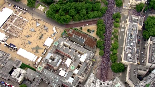 aerials england london air views / aerials crowds outside buckingham palace / the mall / admiralty arch / raf planes on horse guards parade /... - forze armate britanniche video stock e b–roll