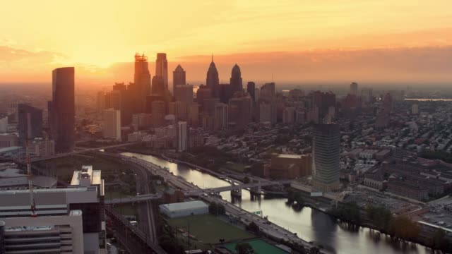 stockvideo's en b-roll-footage met luchtfoto center city philadelphia, pa vanuit de schuylkill river bij zonsopgang - pennsylvania
