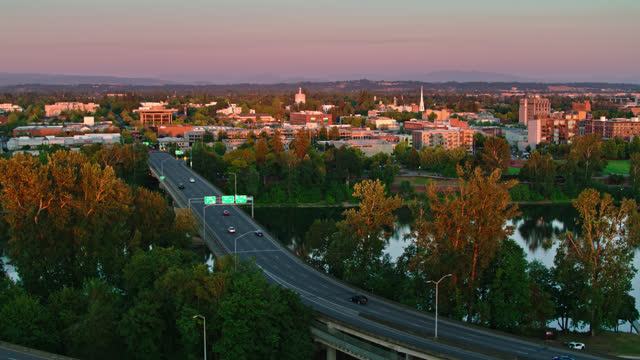 center st bridge heading into downtown salem, or at dusk - drone shot - oregon us state stock videos & royalty-free footage