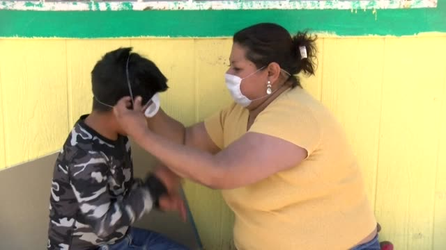 vídeos y material grabado en eventos de stock de central american migrants stranded at the mexicous border put in place preventative covid19 measures as they put their dreams on hold at a shelter in... - hispanoamérica