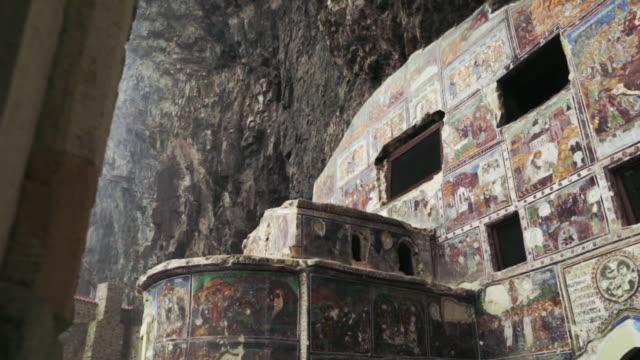 vídeos y material grabado en eventos de stock de central buildung of sumela monastery in northern turkey. - religión