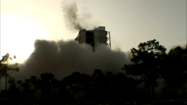vidéos et rushes de ws  central core of partially demolished building collapsing / coral gables, florida, usa - imploding
