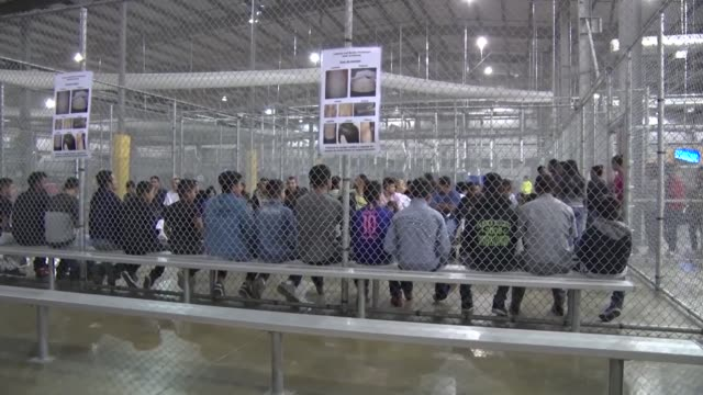 vídeos de stock e filmes b-roll de central immigration processing center in mcallen texas - preso