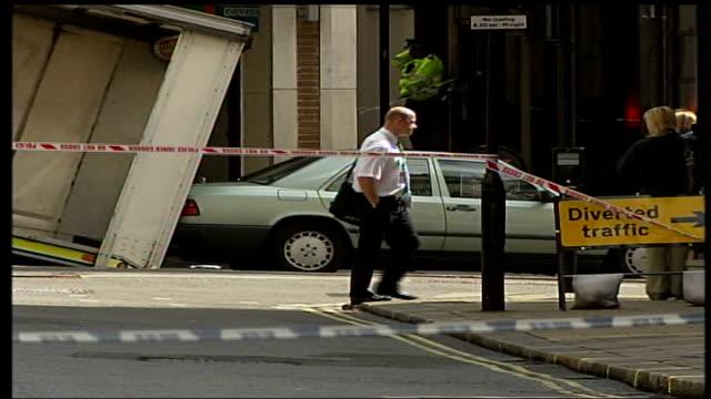 vidéos et rushes de central london car bombs; haymarket: mercedes car winched onto back of police truck - haymarket