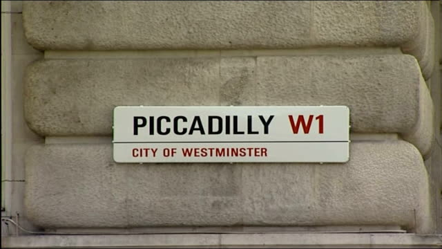 vidéos et rushes de central london car bombs; 'piccadilly' road sign on wall of building closed circuit telvision cameras mounted on building walls in haymarket /... - haymarket