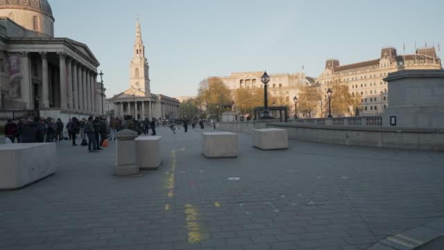 トラファルガー広場の夕暮れ時に人々を欠いているセントラルロンドン英国 - トラファルガー広場点の映像素材/bロール