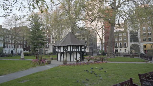centro di londra regno unito privo di persone al crepuscolo in soho square - greater london video stock e b–roll