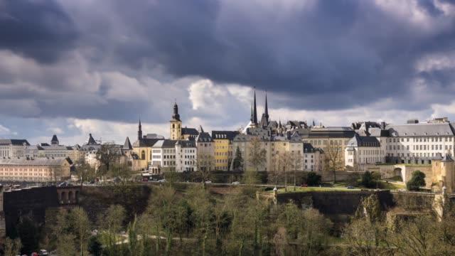 vidéos et rushes de centre ville de luxembourg sur une journée nuageuse - time lapse - grand duché du luxembourg