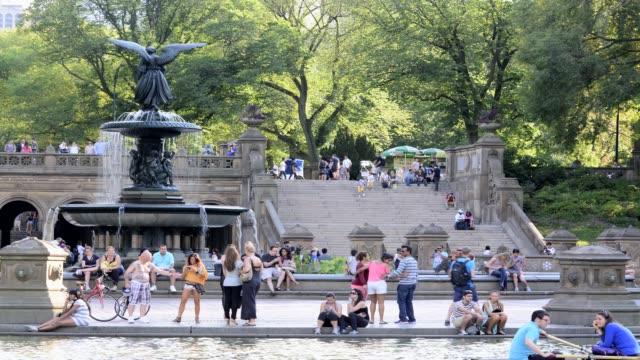 vídeos de stock e filmes b-roll de central park bethesda landscape terrace new york city manhattan usa people next to central park lake - fonte bethesda