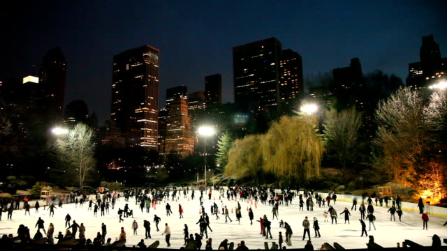 vídeos de stock e filmes b-roll de central park ice skating - pista de patinagem no gelo