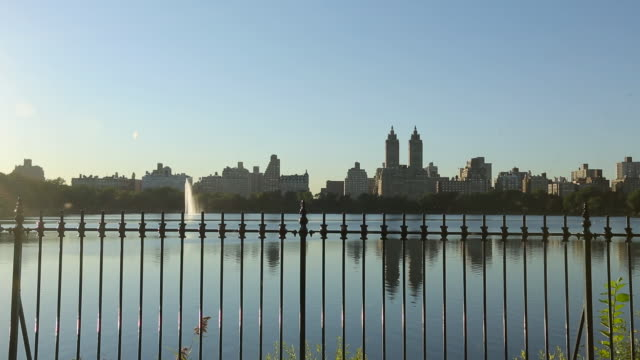 central park - jacqueline kennedy onassis reservoir - with joggers - central park reservoir stock videos and b-roll footage