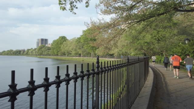 vidéos et rushes de central park joggers scene by jacqueline kennedy onassis reservoir - central park