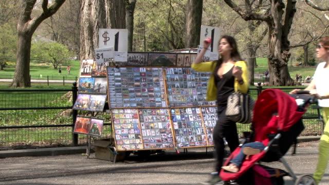 vídeos de stock e filmes b-roll de central park nyc street vendor- people out & about - vedação