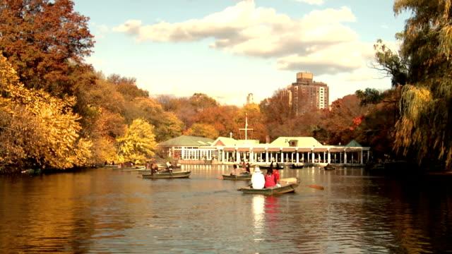 nyc central park rudern auf den teich - ruderboot stock-videos und b-roll-filmmaterial