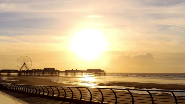 central pier mit sonnenuntergang am strand, blackpool - blackpool stock-videos und b-roll-filmmaterial
